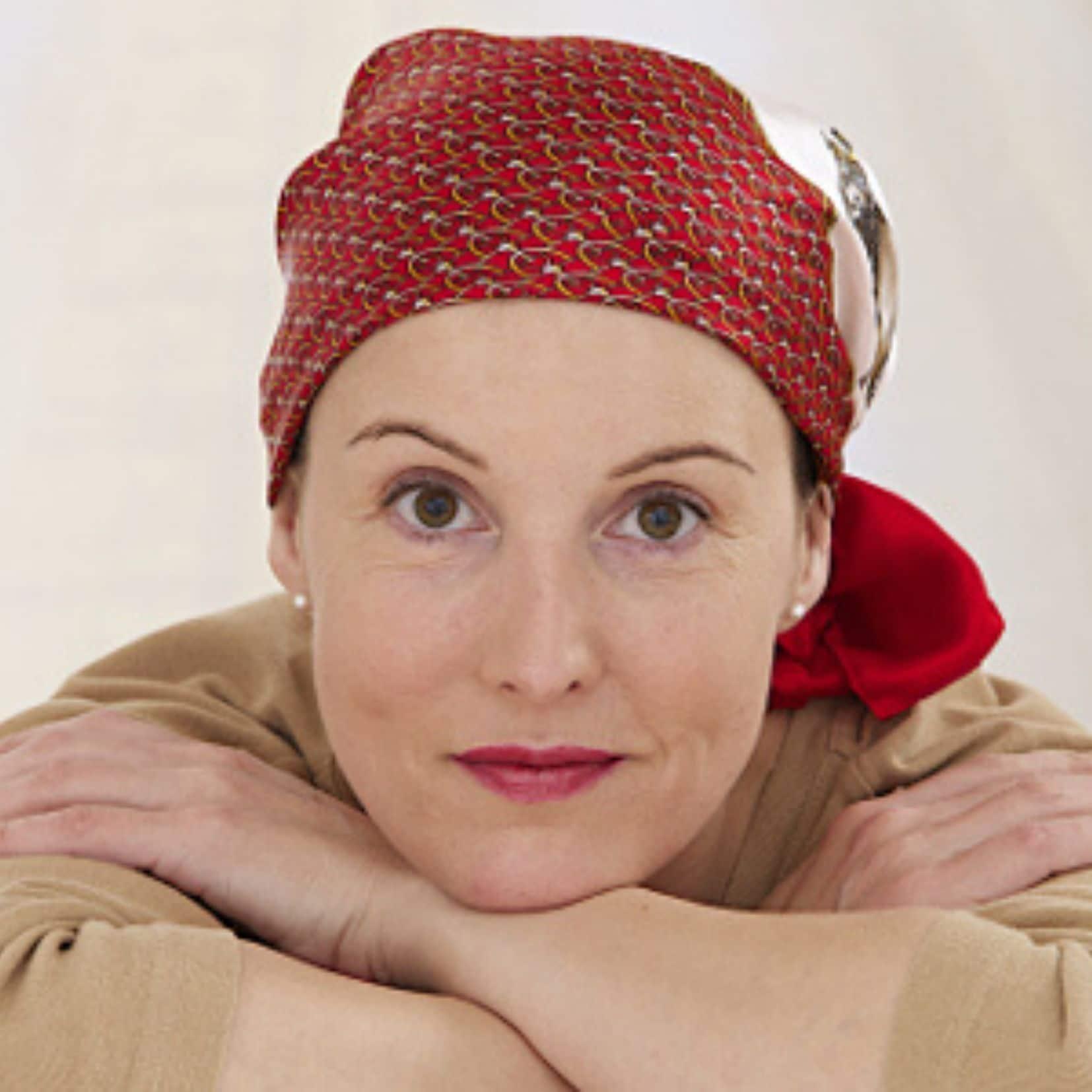 Mujer con pañuelo estética oncológica